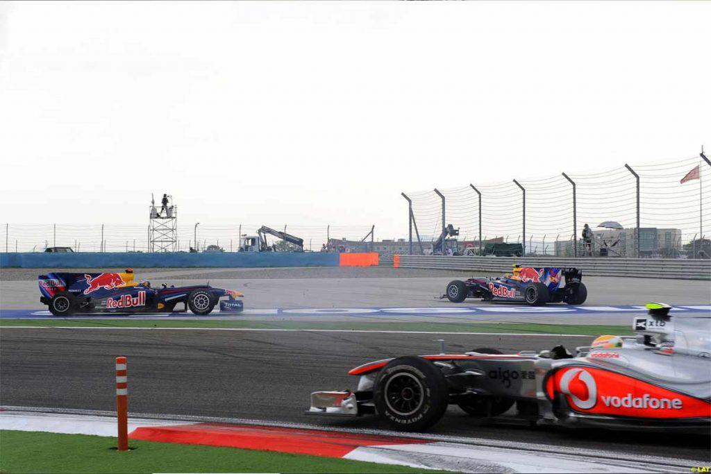 Lewis Hamilton vượt qua 2 chiếc Redbull đang tông nhau ở Thổ Nhĩ Kỳ 2010