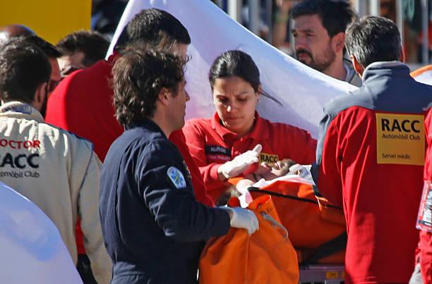 Alonso một lần nữa được các nhân viên cứu hộ khiêng đi ở Barcelona 2015