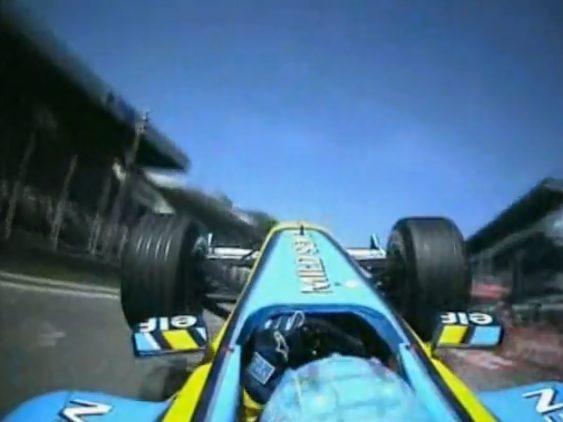 Chiếc xe của Alonso bị hất tung lên trời ở Italia 2003
