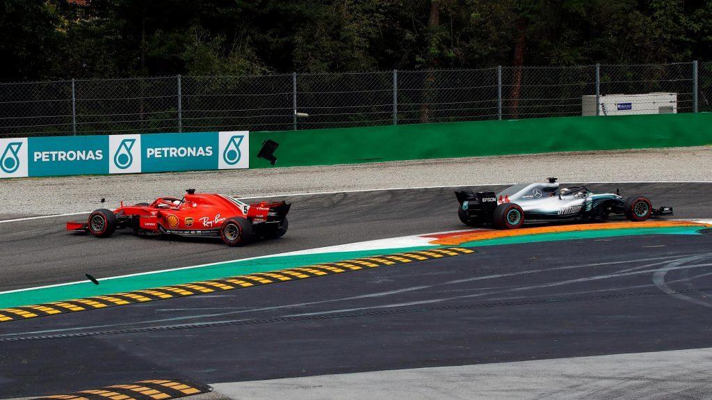 Vettel bị xoay xe sau va chạm với Hamilton