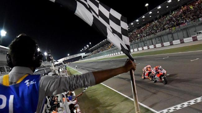Marquez so kè với Dovizioso tới tận vạch đích ở Qatar 2018