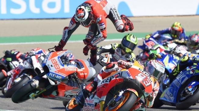Lorenzo cáo buộc Marquez chơi quá rát ở góc cua đầu tiên Aragon 2018